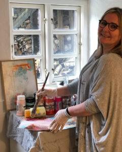 Trine i sit atelier